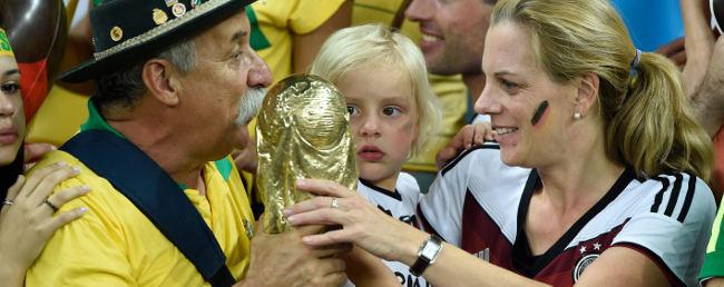 Fotbollssupportar med VM-pokal