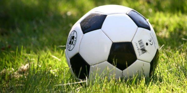 Fotboll på gräsplan