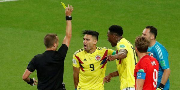 Domare håller upp gult kort under fotbolls vm 2018